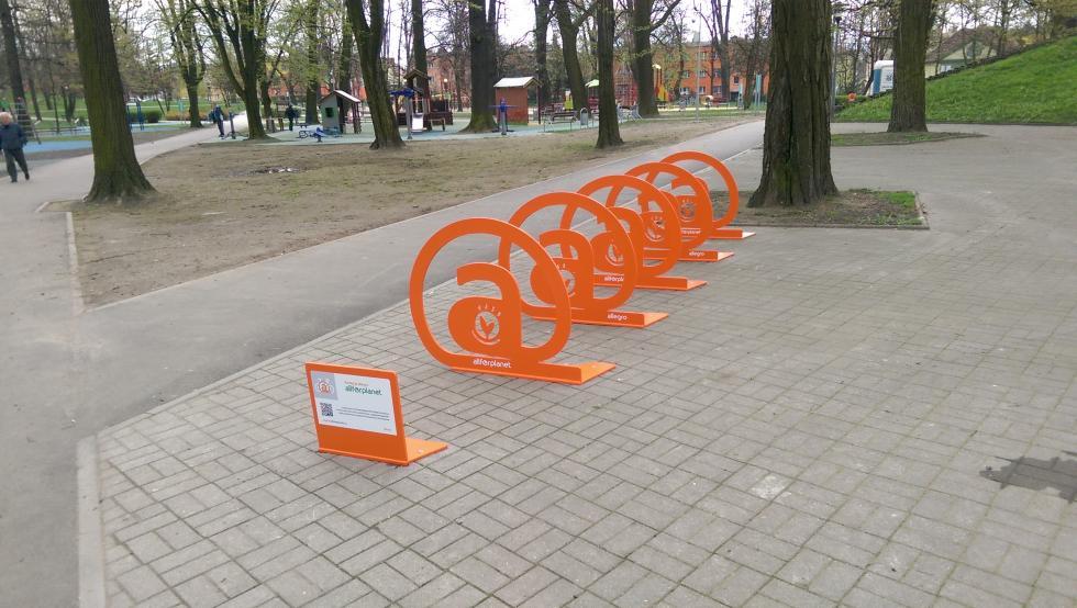 Pięć stojaków rowerowych Allegro All For Planet trafiło doBolesławca