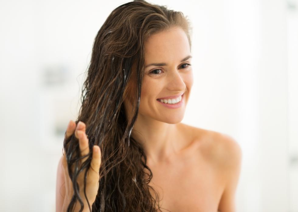 Magia olejowania włosów - na czym polega zbawienne działanie olejów?