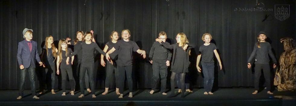 """Młodzi aktorzy wspektaklu """"za jedną górą…"""""""