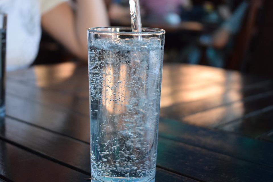 Po czym poznać, że pijemy za mało wody?