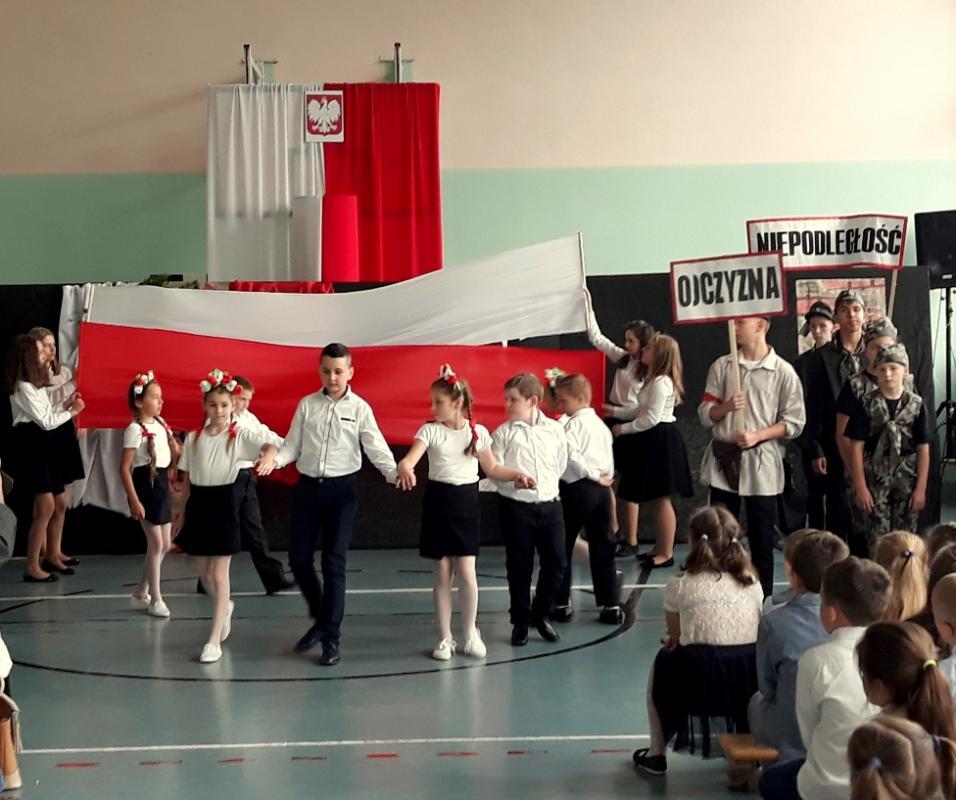 """Obchody """"Święta Szkoły"""" wSzkole Podstawowej nr 3 im. Armii Krajowej"""