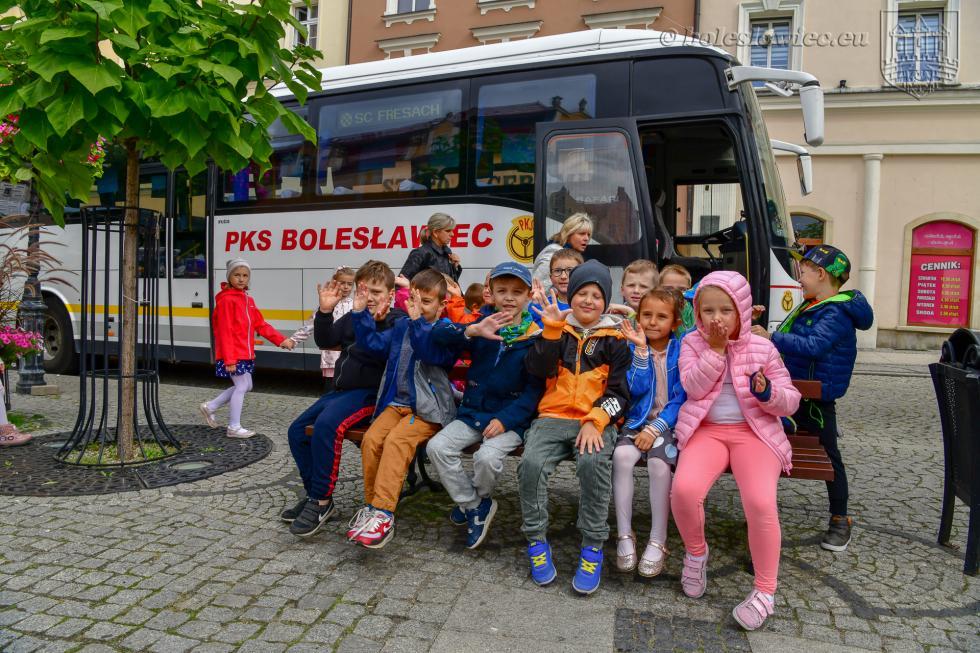 Przedszkolaki malowały autobusy