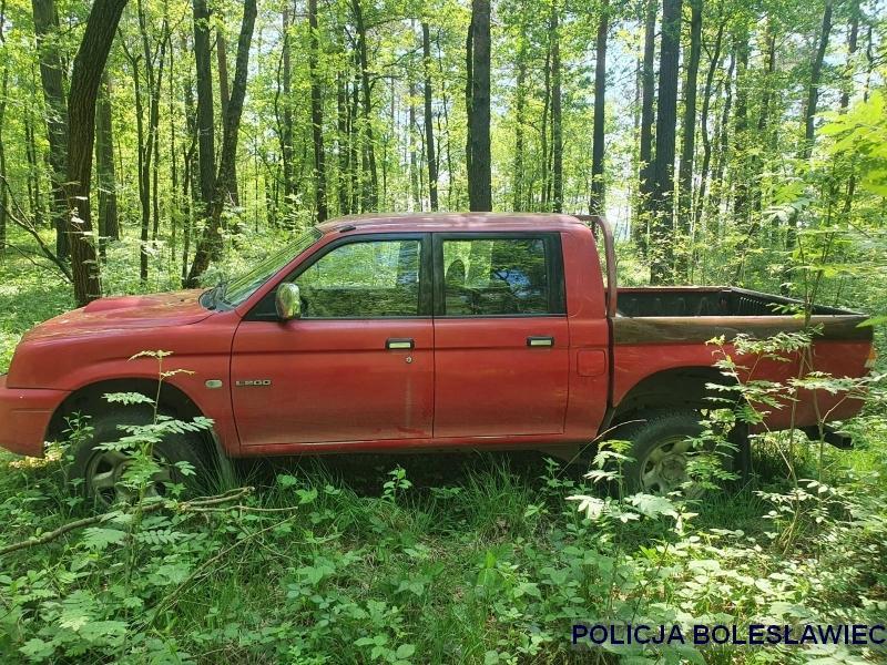 Skradzionego pick-upa odnaleźli wlesie